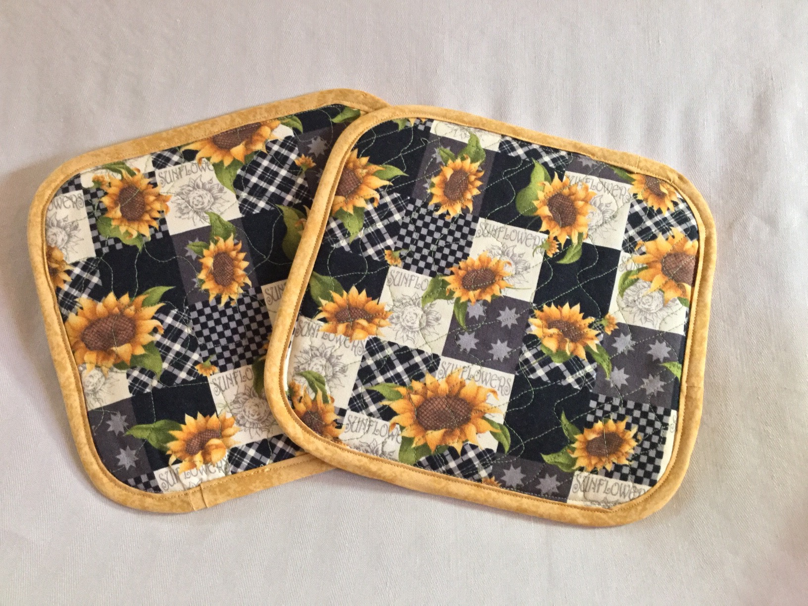 handmade quilted potholders. How to Make Quilted Potholders with insulated batting. Make the best homemade potholders using this sewing tutorial for beginners.